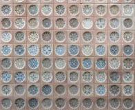 Παλαιά ισπανικά κεραμικά κεραμίδια με τα σχέδια, που αντιμετωπίζουν στο κτήριο στοκ εικόνες