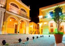 Παλαιά ισπανικά παλάτια στην Αβάνα που φωτίζεται τη νύχτα Στοκ εικόνα με δικαίωμα ελεύθερης χρήσης