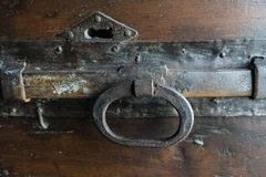 Παλαιά ιστορική λαβή πορτών στην ξύλινη πόρτα Στοκ φωτογραφία με δικαίωμα ελεύθερης χρήσης