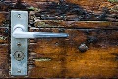 Παλαιά ιστορική λαβή πορτών στην ξύλινη πόρτα Στοκ Εικόνες
