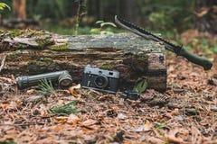 Παλαιά κάμερα, πυξίδα φακών και μεγάλο μαχαίρι Εκλεκτική εστίαση Στοκ εικόνα με δικαίωμα ελεύθερης χρήσης