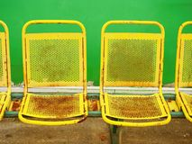 Παλαιά κίτρινα σκουριασμένα καθίσματα μετάλλων στο υπαίθριο στάδιο Καρέκλες πάγκων φορέων Στοκ φωτογραφία με δικαίωμα ελεύθερης χρήσης
