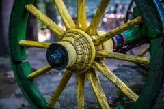 Παλαιά κίτρινη ξύλινη ρόδα του βαγονιού εμπορευμάτων στοκ φωτογραφίες