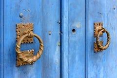 Παλαιά και ηλικίας μπλε ιστορική ξύλινη πόρτα εκκλησιών στην πόλη Sabara στοκ εικόνες με δικαίωμα ελεύθερης χρήσης