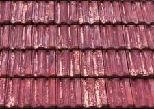 Παλαιά και ξεπερασμένη κόκκινη επικεράμωση στεγών πετρών στη μακρο κινηματογράφηση σε πρώτο πλάνο με τα εξασθενισμένα έξω χρώματα στοκ φωτογραφίες