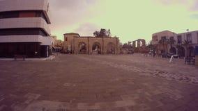Παλαιά και σύγχρονα κτήρια στο τετράγωνο μπροστά από τον καθεδρικό ναό του Άγιου Βασίλη μουσουλμανικών τεμενών πασάδων Lala Musta απόθεμα βίντεο