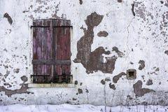 Παλαιά και φορεμένα κλειστά ξύλινα παραθυρόφυλλα Στοκ Φωτογραφίες