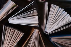 Παλαιά και χρησιμοποιημένα βιβλία βιβλίων με σκληρό εξώφυλλο, βιβλία κειμένων που βλέπουν άνωθεν στο woode στοκ εικόνα με δικαίωμα ελεύθερης χρήσης