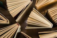 Παλαιά και χρησιμοποιημένα βιβλία βιβλίων με σκληρό εξώφυλλο, βιβλία κειμένων που βλέπουν άνωθεν στο woode στοκ φωτογραφία με δικαίωμα ελεύθερης χρήσης