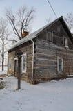 Παλαιά καμπίνα κούτσουρων το χειμώνα στοκ εικόνες