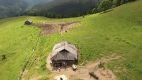 Παλαιά καμπίνα στα βουνά απόθεμα βίντεο