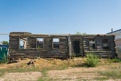 Παλαιά καταστρεμμένη, εγκαταλειμμένος, σπίτι κυβόλινθων στο χωριό με στοκ εικόνα με δικαίωμα ελεύθερης χρήσης