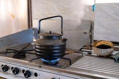 Παλαιά κατσαρόλα σε μια σόμπα αερίου Στοκ φωτογραφία με δικαίωμα ελεύθερης χρήσης