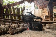 Παλαιά κατσαρόλα στη σόμπα ξυλάνθρακα Στοκ φωτογραφία με δικαίωμα ελεύθερης χρήσης