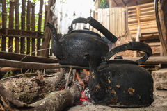 Παλαιά κατσαρόλα στη σόμπα ξυλάνθρακα Στοκ φωτογραφίες με δικαίωμα ελεύθερης χρήσης