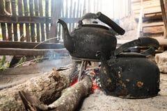 Παλαιά κατσαρόλα στη σόμπα ξυλάνθρακα Στοκ Φωτογραφίες