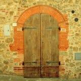 Παλαιά καφετιά ξύλινη πόρτα στο αρχαίο σπίτι, Τοσκάνη, Ιταλία Στοκ Εικόνα
