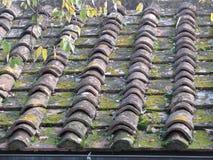 Παλαιά κεραμίδια στεγών στη στέγη ενός παλαιού σπιτιού Στοκ Φωτογραφία
