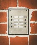 Παλαιά κουδούνια πορτών σπιτιών σε έναν τοίχο Στοκ Εικόνες