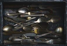 Παλαιά κουτάλια, δίκρανα και μαχαίρια, εκλεκτής ποιότητας ύφος Στοκ φωτογραφία με δικαίωμα ελεύθερης χρήσης