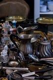 Παλαιά κουτάλια και μαχαιροπήρουνα στην εκλεκτής ποιότητας αγορά Πώληση των αντικών στην έκθεση Στοκ φωτογραφία με δικαίωμα ελεύθερης χρήσης