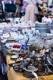Παλαιά κουτάλια και μαχαιροπήρουνα στην εκλεκτής ποιότητας αγορά Πώληση των αντικών στην έκθεση Στοκ εικόνα με δικαίωμα ελεύθερης χρήσης