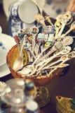 Παλαιά κουτάλια και μαχαιροπήρουνα στην εκλεκτής ποιότητας αγορά Πώληση των αντικών στην έκθεση Στοκ εικόνες με δικαίωμα ελεύθερης χρήσης