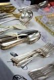 Παλαιά κουτάλια και μαχαιροπήρουνα στην εκλεκτής ποιότητας αγορά Πώληση των αντικών στην έκθεση Στοκ Εικόνες