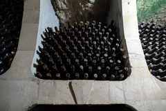 Παλαιά κρασιά που γερνούν σε ένα σκουριασμένο παλαιό σοβιετικό κελάρι κρασιού στοκ φωτογραφία με δικαίωμα ελεύθερης χρήσης
