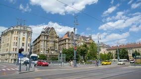 Παλαιά κτήρια μπροστά από τη μεγάλη αίθουσα αγοράς της Βουδαπέστης, Ουγγαρία στοκ εικόνες