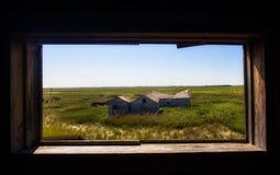 Παλαιά κτήρια που πλαισιώνονται στο εκλεκτής ποιότητας παράθυρο στοκ φωτογραφία