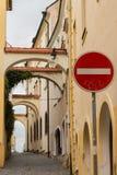 Παλαιά κωμόπολη archs στη μεσαιωνική πόλη Olomouc Σημάδι στάσεων με τα σύμβολα μιας ερώτησης που χρωματίζονται σε το Στοκ φωτογραφίες με δικαίωμα ελεύθερης χρήσης