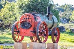 Παλαιά κόκκινη και πράσινη ατμομηχανή ατμού στην επίδειξη μια ηλιόλουστη ημέρα στοκ εικόνες