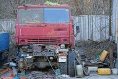 Παλαιά κόκκινη καμπίνα ενός σπασμένου φορτηγού και των ανταλλακτικών στην οδό σε μια απόρριψη Στοκ εικόνα με δικαίωμα ελεύθερης χρήσης