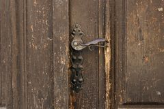 Παλαιά λαβή πορτών μετάλλων στις παλαιές ξύλινες πόρτες Εκλεκτής ποιότητας εξόγκωμα πορτών σιδήρου Στοκ φωτογραφία με δικαίωμα ελεύθερης χρήσης