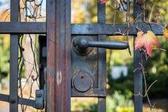 Παλαιά λαβή πορτών στην πύλη εισόδων νεκροταφείων Στοκ Φωτογραφία