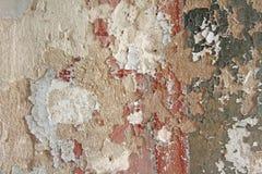 Παλαιά λεπιοειδής άσπρη αποφλοίωση χρωμάτων από έναν βρώμικο ραγισμένο τοίχο Ρωγμές, Στοκ Εικόνα