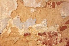 Παλαιά λεπιοειδής άσπρη αποφλοίωση χρωμάτων από έναν βρώμικο ραγισμένο τοίχο Ρωγμές, Στοκ Εικόνες