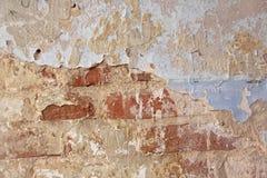 Παλαιά λεπιοειδής άσπρη αποφλοίωση χρωμάτων από έναν βρώμικο ραγισμένο τοίχο Ρωγμές, Στοκ εικόνα με δικαίωμα ελεύθερης χρήσης