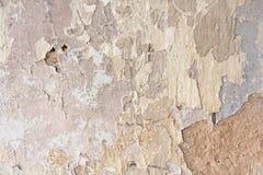 Παλαιά λεπιοειδής άσπρη αποφλοίωση χρωμάτων από έναν βρώμικο ραγισμένο τοίχο Ρωγμές, Στοκ εικόνες με δικαίωμα ελεύθερης χρήσης