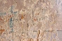 Παλαιά λεπιοειδής άσπρη αποφλοίωση χρωμάτων από έναν βρώμικο ραγισμένο τοίχο Ρωγμές, Στοκ Φωτογραφίες