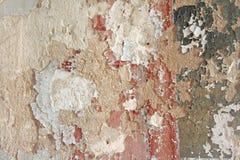 Παλαιά λεπιοειδής άσπρη αποφλοίωση χρωμάτων από έναν βρώμικο ραγισμένο τοίχο Ρωγμές, Στοκ φωτογραφίες με δικαίωμα ελεύθερης χρήσης