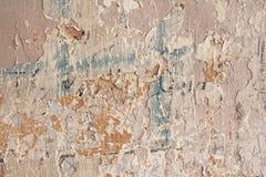 Παλαιά λεπιοειδής άσπρη αποφλοίωση χρωμάτων από έναν βρώμικο ραγισμένο τοίχο Ρωγμές, Στοκ Φωτογραφία
