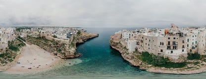 Παλαιά λευκιά πόλη κοντά στο μπλε το μπλε ακτών Polignano Apulia θάλασσας στον κηφήνα 360 της Ιταλίας vr Στοκ εικόνες με δικαίωμα ελεύθερης χρήσης