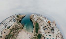 Παλαιά λευκιά πόλη κοντά στο μπλε το μπλε ακτών Polignano Apulia θάλασσας στον κηφήνα 360 της Ιταλίας vr Στοκ φωτογραφίες με δικαίωμα ελεύθερης χρήσης