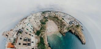 Παλαιά λευκιά πόλη κοντά στο μπλε το μπλε ακτών Polignano Apulia θάλασσας στον κηφήνα 360 της Ιταλίας vr Στοκ Φωτογραφίες