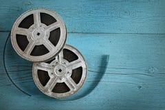 Παλαιά λουρίδα ταινιών στο ξύλινο μπλε υπόβαθρο Τοπ όψη στοκ φωτογραφίες