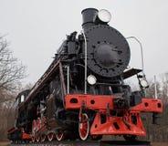 Παλαιά μαύρη ατμομηχανή ατμού με την κόκκινη διακόσμηση στοκ φωτογραφίες με δικαίωμα ελεύθερης χρήσης