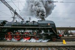 Παλαιά μαύρη μηχανή ατμού με τις κόκκινες ρόδες στοκ εικόνες με δικαίωμα ελεύθερης χρήσης
