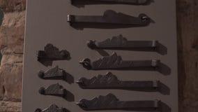 Παλαιά μεσαιωνική έκθεση λαβών και κλειδαροτρυπών πορτών σε ένα μουσε απόθεμα βίντεο